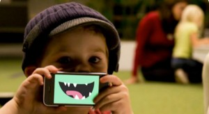 Angliában már a tízéves gyerekeknek is okostelefonjuk van