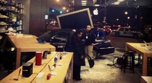 Autóval hajtottak be a chicagói Apple Store-ba