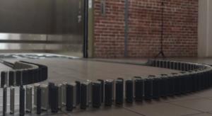 Ilyen amikor 10.000 db iPhone 5 készülékkel dominósat játszanak