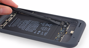 A Smart Battery Case-t is szétkapta az iFixit
