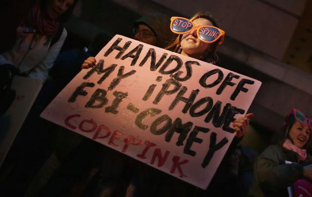 20160309-apple-fbi-protest-glasses-code-pink