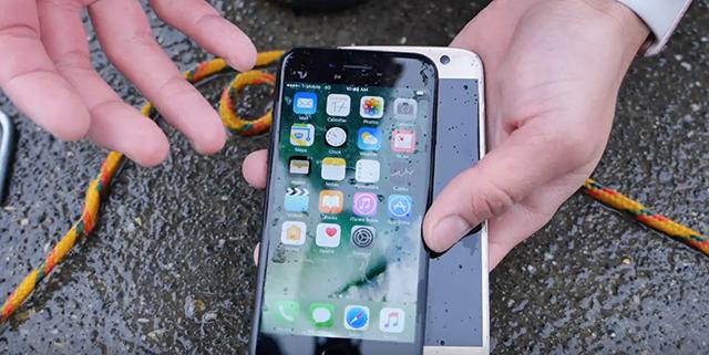 Szinte hihetetlen: az iPhone 7 jobban bírja a vizet, mint a Galaxy S7
