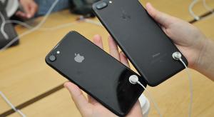 Nem lesz többé lopásgátló kábel az iPhone-okon az Apple boltjaiban