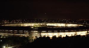 Így fest esti fényeiben az Apple Park