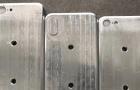 Képen az iPhone 8 és 7s modellek öntőformái