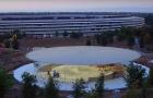 Kukkants be picit a Steve Jobs előadóterembe (drónvideó)