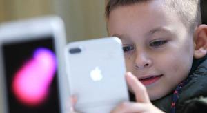 Felmérések szerint egyre több passzív időt töltenek a kijelzők előtt a gyerekek