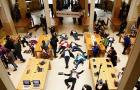 Halottnak tetetve tüntettek a franciák az Apple boltjaiban
