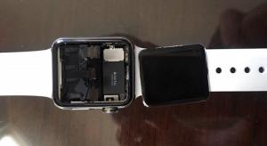 Az Apple Watch magától leváló kijelzője miatt perlik az Apple-t