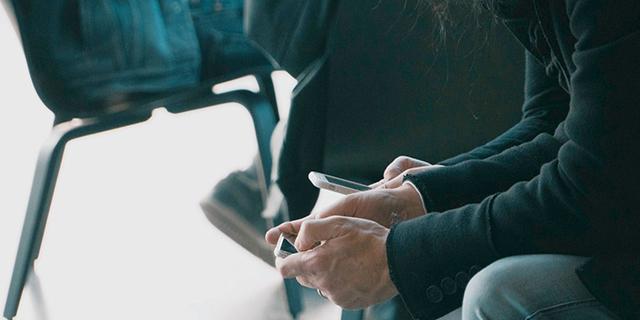 A szülők és a tinik egyaránt tudják, hogy túl sokat nyomkodják az okostelefonjaikat