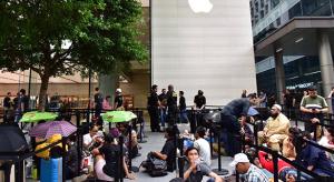 A korábbi szokásokhoz híven, idén is hosszú sorok várakoznak az iPhone Xs rajtján