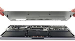 Érdekes változásokra bukkant az iFixit csapata az új, belépőszintű MacBook Próban